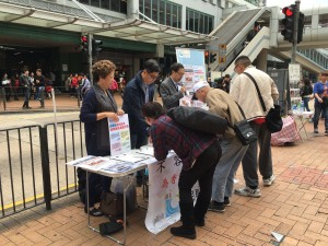 BPA Kwai Tsing District Council members including Ms Tam Wai-chun, Mr Alan Lee Chi-keung and Mr Wong Yiu-chung collect signature in the booth set up in Kwai Tsing.